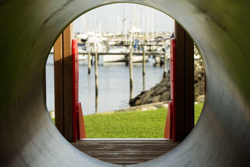 Glissière et bateaux dans le port photo stock