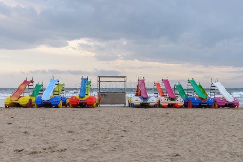 Glissière-voitures en plastique pour des enfants sur la plage photographie stock