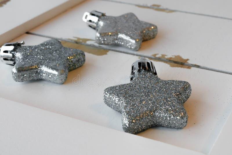 Glittery Sternverzierungen auf weißem Holz lizenzfreie stockbilder