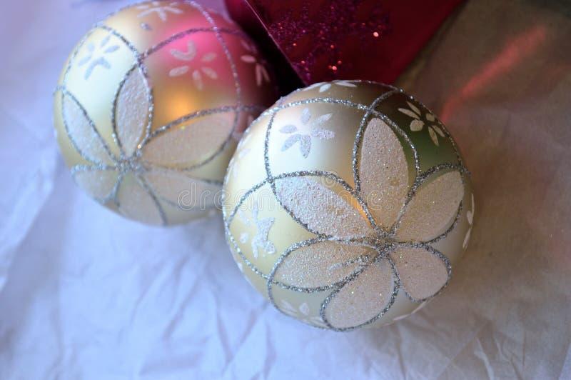 Glittery Weihnachtsverzierungshintergrund, -ROSA und -WEISS lizenzfreie stockbilder