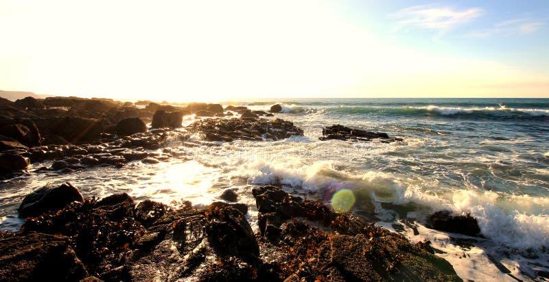 Glitzernder Rocky Cornish Coast lizenzfreie stockbilder