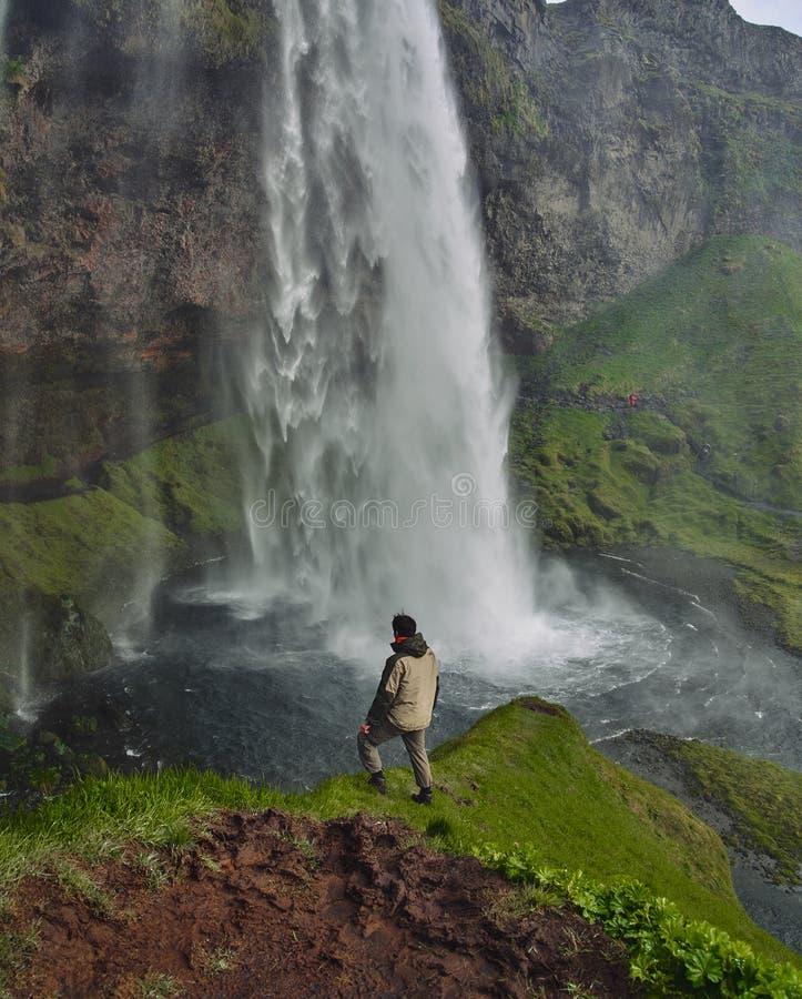 Gljufrafoss Gljufrabui vattenfall i klyftan av berg Turist- dragning Island nära nedgångar av Seljalandsfoss man royaltyfria bilder