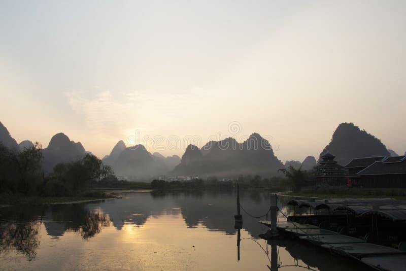 Gloamingslandschap in Yangshuo, China stock foto