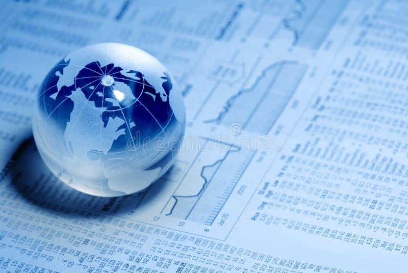 Global cristalino en carta financiera imagen de archivo
