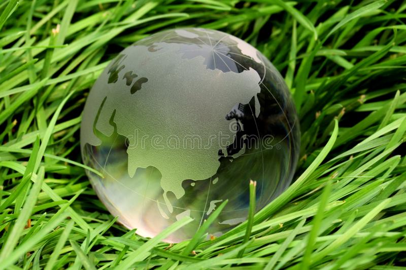 Global de cristal na grama imagem de stock royalty free