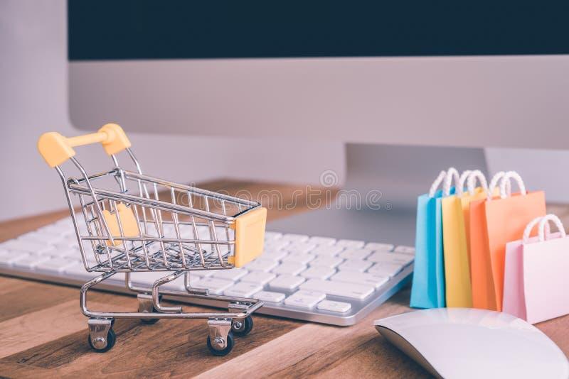 Global online-shopping för internet, världsomspännande e-kommers begrepp - royaltyfri fotografi