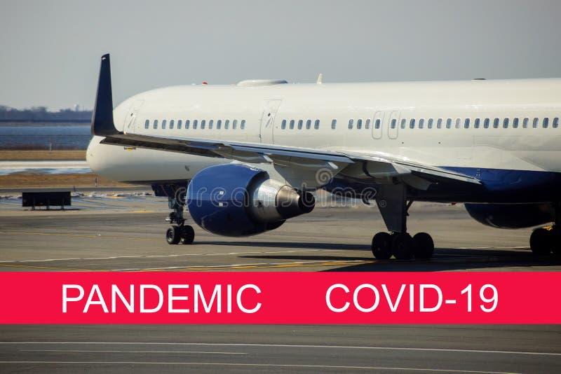 Global pandemi med coronavirus COVID-19 Den turbin som flygplanet förbereder sig för att flyga med flygplanet på banan royaltyfri bild