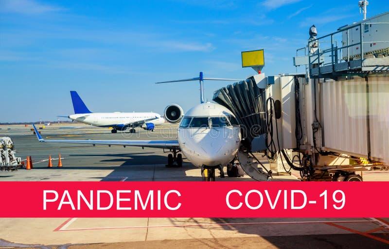 Global pandemi med coronavirus COVID-19 Framsida av landat flygplan i en terminal royaltyfri fotografi