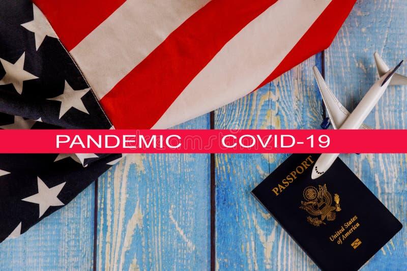 Global pandemi med coronavirus COVID-19 Travel Turism, utvandring USA:s amerikanska flagga med USA S pass- och passagerarmodell royaltyfria foton