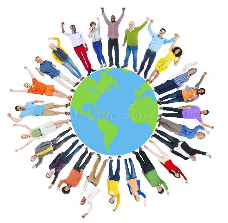 Global samhörighetskänsla gladlynt C för lycka för världskartafolkcirkel royaltyfri bild
