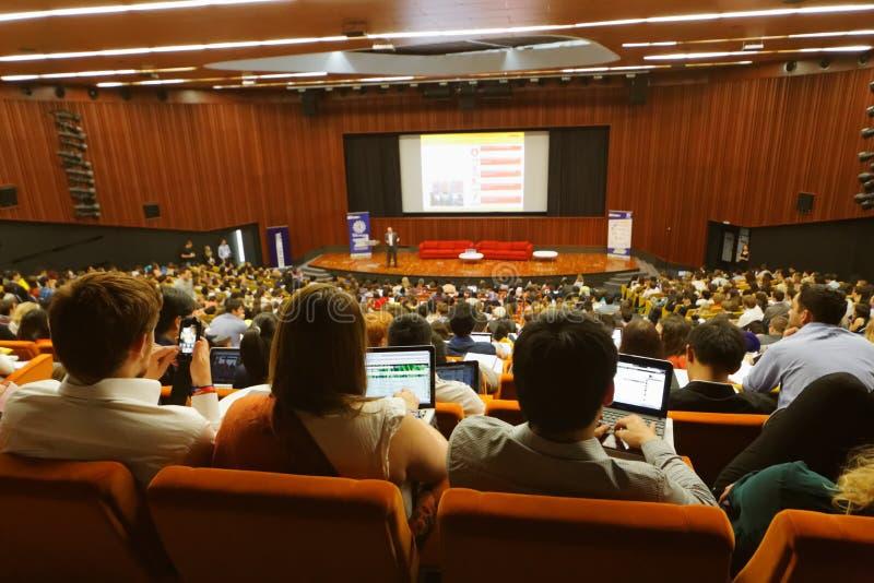 Global ungdom till affärsforumdeltagare i kongress-korridor arkivbilder