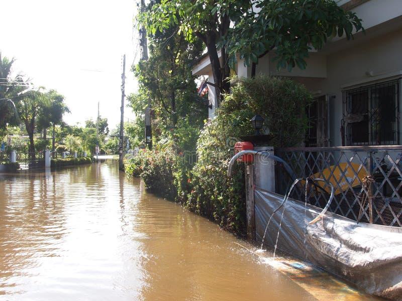 Global uppvärmningeffekt i staden, låg nivåflodvatten i stads- zon royaltyfri bild