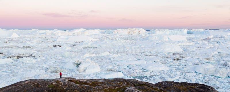 Global Warming and Climate Change concept con un'avventura itinerante nel paesaggio artico fotografie stock
