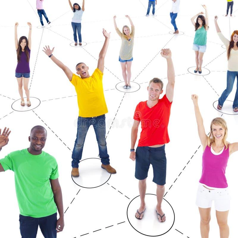 Globala kommunikationer för multietnisk grupp människor arkivfoton