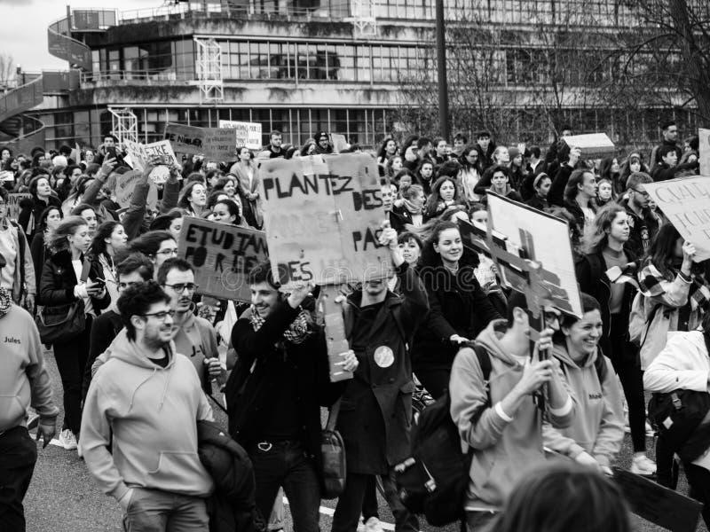 Globale bewegingsvrijdagen voor Toekomst boven mening van mensen tijdens protest stock afbeelding