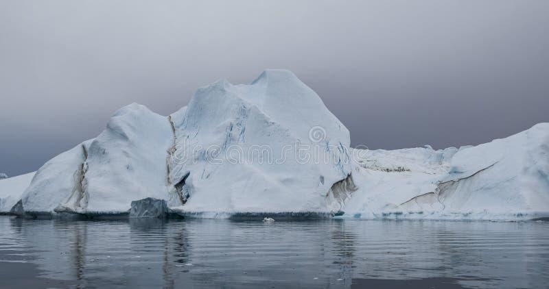 Globale Erwärmung und Klimawandel - Eisberge von schmelzendem Gletscher auf Grönland lizenzfreies stockfoto
