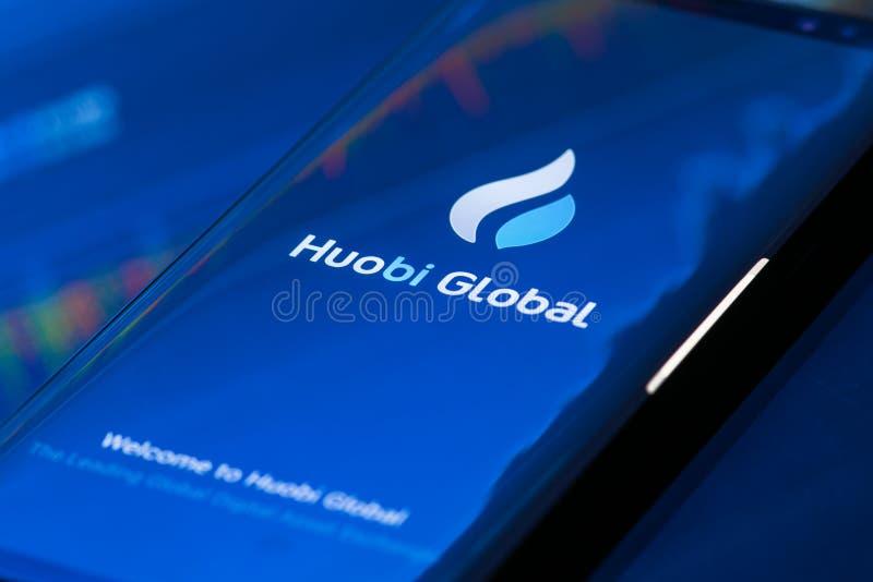 Globale Mobile-APP Huobi, die auf Smartphone läuft stockbilder