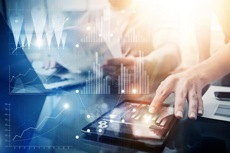 Globale Strategie-virtuelle Ikonen-Innovations-Diagramm-Schnittstellen Mitarbeiter, die große Geschäfts-Lösung machen Marketing-T lizenzfreie stockfotos