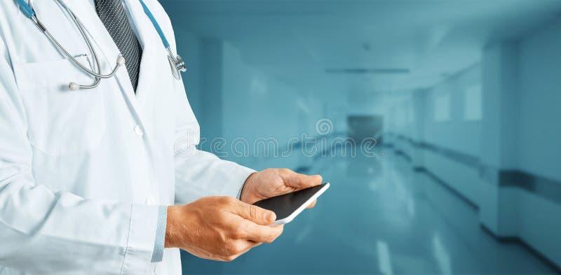 Globale Technologie in Medizin und Gesundheitswesen ConceptUnrecognizable Doktor Using Digital Tablet in der Klinik stockfotos