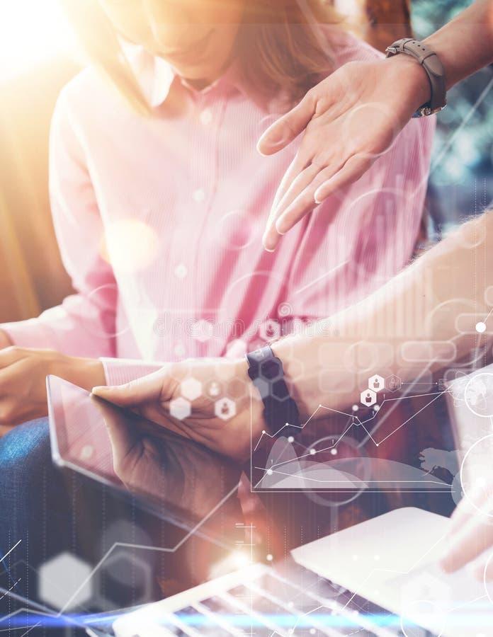 Globale Verbindungs-virtuelle Ikonen-Diagramm-Schnittstellen-Marketing-Untersuchung Junge Mitarbeiter Team Analyze Meeting Report lizenzfreie stockfotos