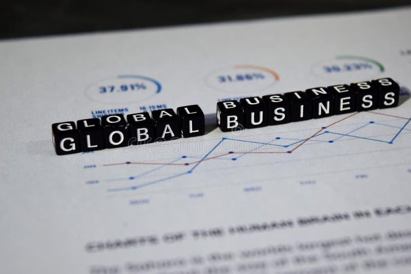 Globale Zaken op houten blokken Het Internationale Concept van de de groeikans royalty-vrije stock afbeeldingen