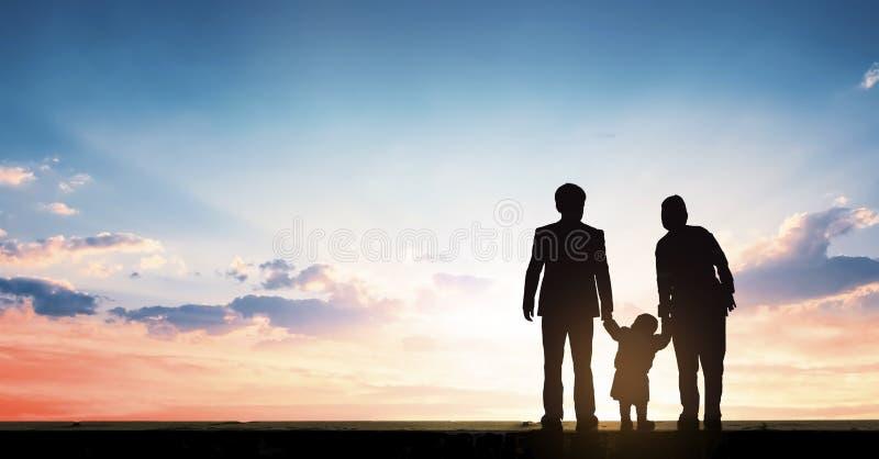 Globaler Tag des Elternkonzeptes: Eltern, die den Sonnenuntergang mit ihren Kindern aufpassen lizenzfreie stockbilder