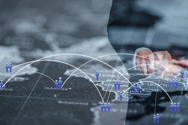 Globales Geschäftsverbindungskonzept Doppelbelichtung des Geschäftsmannes arbeitend mit neuem modernem Computerschausozialem netz stockfotos