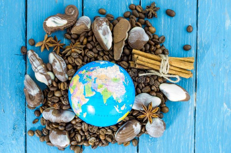 Globalisering van chocolade en koffie Koffiebonen, chocolade en bol royalty-vrije stock afbeelding