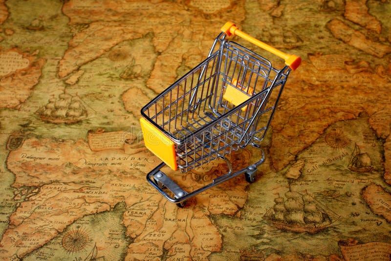 Globalización del carro de la compra del mundo imagen de archivo libre de regalías
