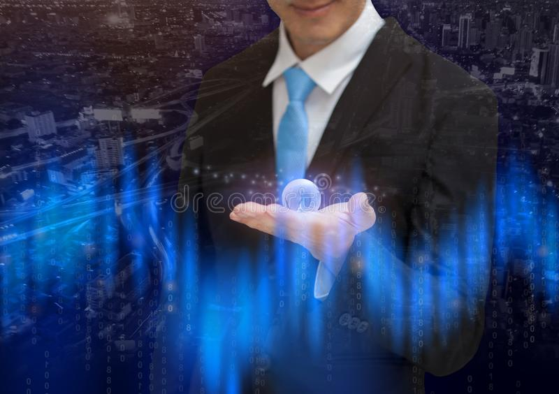 Globalna biznesowego mężczyzna mienia ziemi planeta na rękach konceptualnych zdjęcia stock