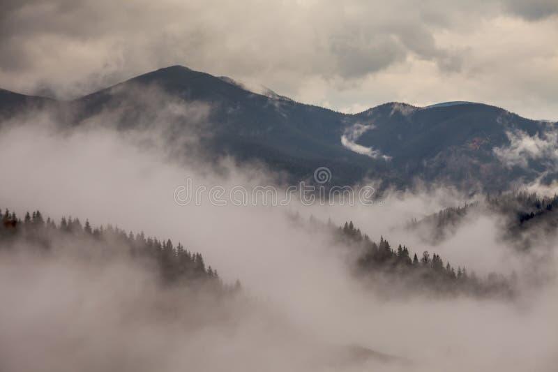 globalne ocieplenie duże krajobrazowe halne góry Chmury i mgła obraz stock