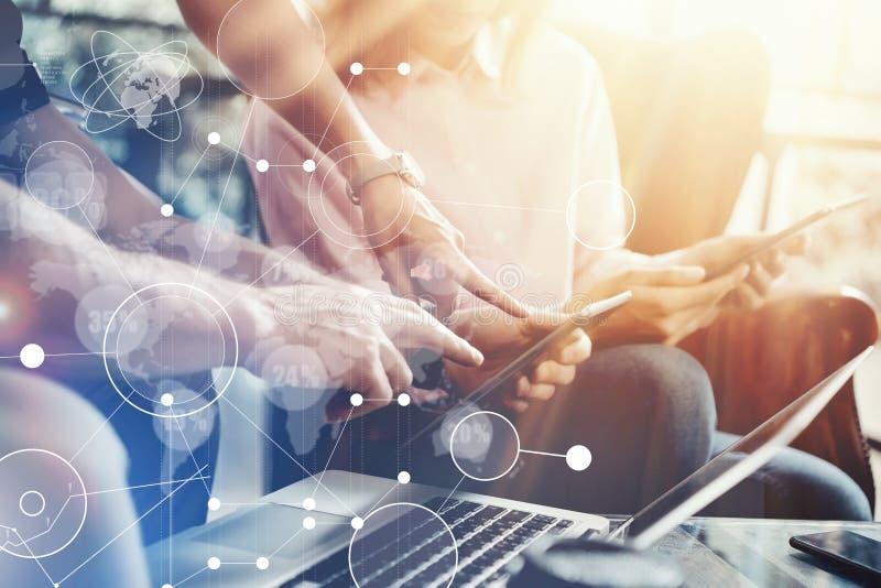Globalnego Podłączeniowego Wirtualnego ikona wykresu interfejsu Marketingowy badanie Młoda Coworkers drużyna Analizuje spotkania  fotografia royalty free