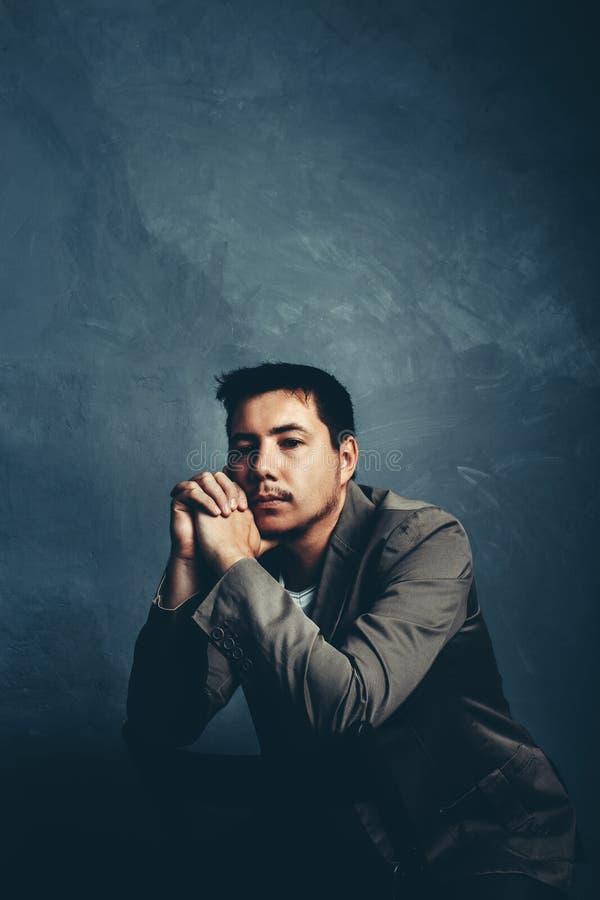 Globalny pojęcie religia i wiara, portret przystojny mężczyzna który ono modli się przystojny mężczyzna portret zdjęcia stock