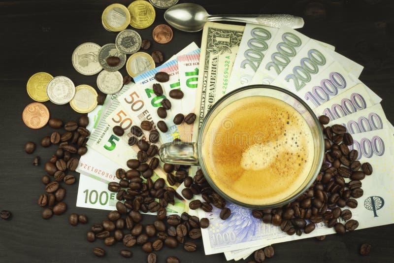 Globalt handelkaffe Kupa av kaffe och pengar Giltiga sedlar på en trätabell Problemet av korruption royaltyfri foto