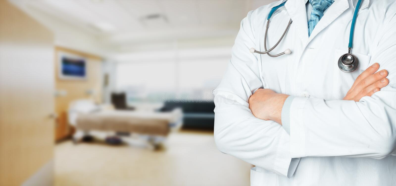 Globalt medicin- och hälsovårdbegrepp i sjukhus Oigenkännlig doktor med stetoskopet och kopia-utrymme arkivbilder