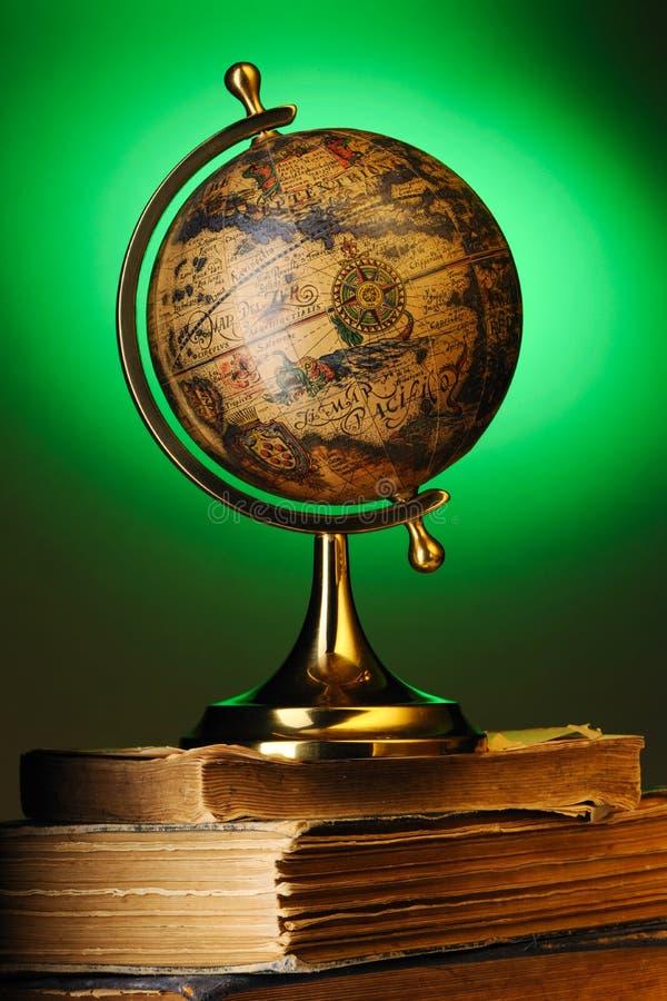 Globe antique sur des livres images libres de droits