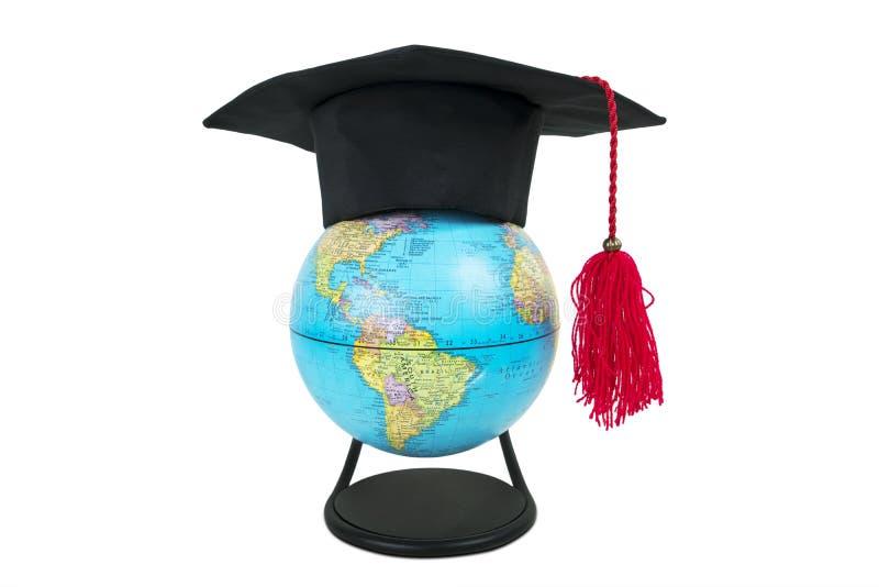 Globe avec le chapeau d'obtention du diplôme à l'arrière-plan blanc images stock