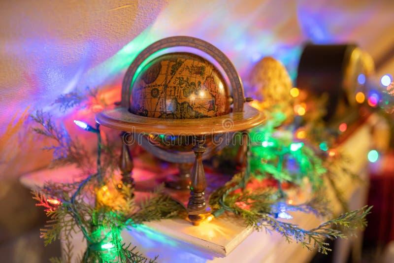 Globe décoratif de style d'imagination sur l'étagère photo stock