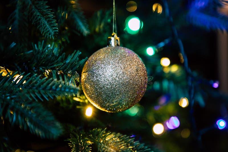 Globe d'or de décoration sur la fin d'arbre de Noël  image libre de droits