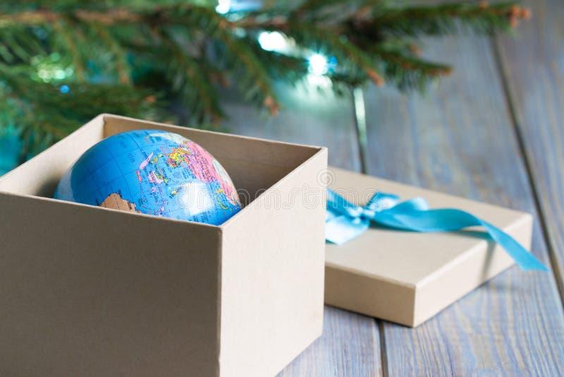 Globe dans la boîte cadeau Un cadeau de voyage pour Noël photo libre de droits