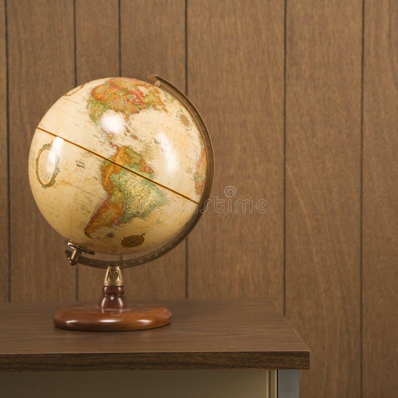 Globe de cru sur le bureau image stock
