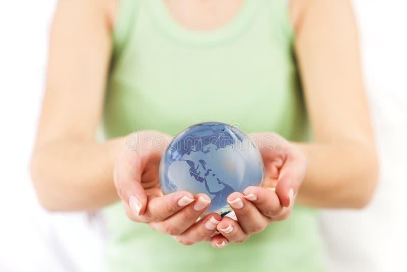Globe de la terre dans des mains humaines photographie stock