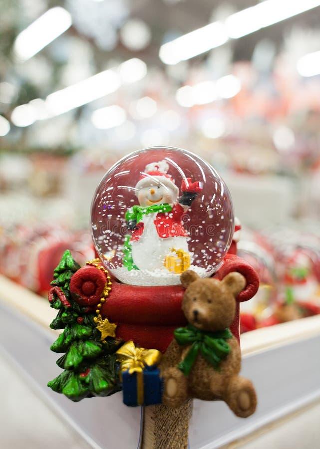 Globe de neige de Noël avec le bonhomme de neige photos libres de droits