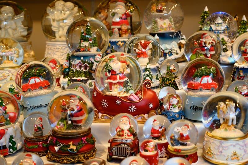 Globe de neige de Noël, jouets, cadeaux, Santa en globes de neige photographie stock