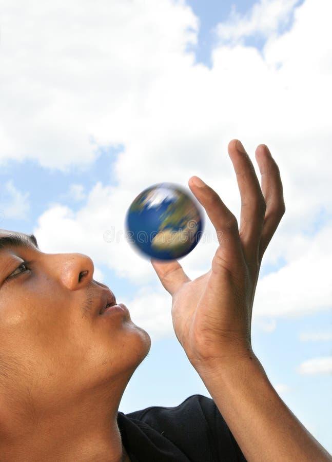 Globe de rotation de soufflement d'homme photos libres de droits