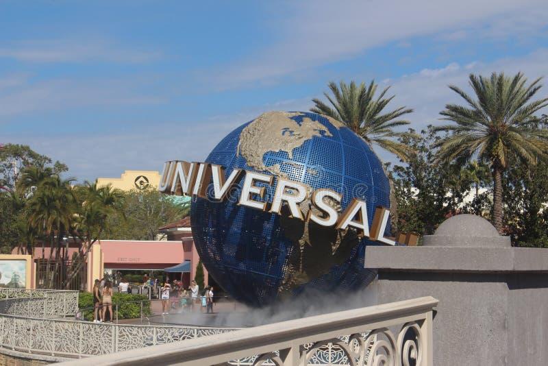 Globe de studios universels devant un parc à thème photographie stock libre de droits
