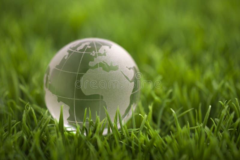 Globe en cristal sur l'herbe verte photographie stock