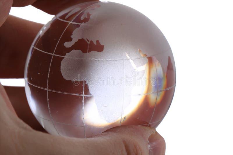 Globe en verre de la terre dans la main humaine images stock