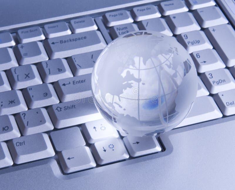 Globe en verre sur le clavier photo stock