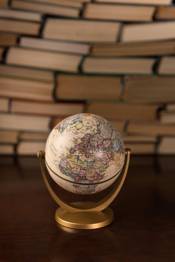 Globe et beaucoup de livres sur la table image libre de droits